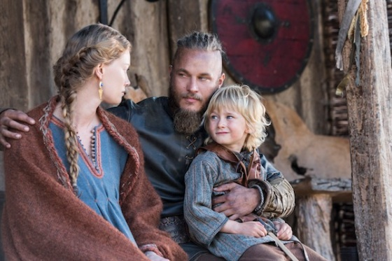 Aslaug-Alyssa-Sutherland-has-an-important-discussion-with-her-husband-Ragnar-Travis-Fimmel