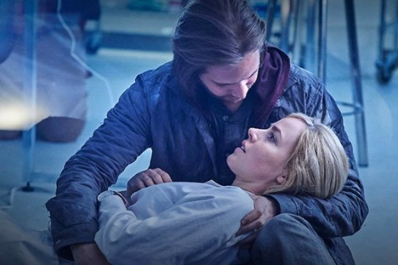 xcole-holds-cassie-12-monkeys-s1e9.jpg.pagespeed.ic.PHKc5W2_pnbVDsieJnMB